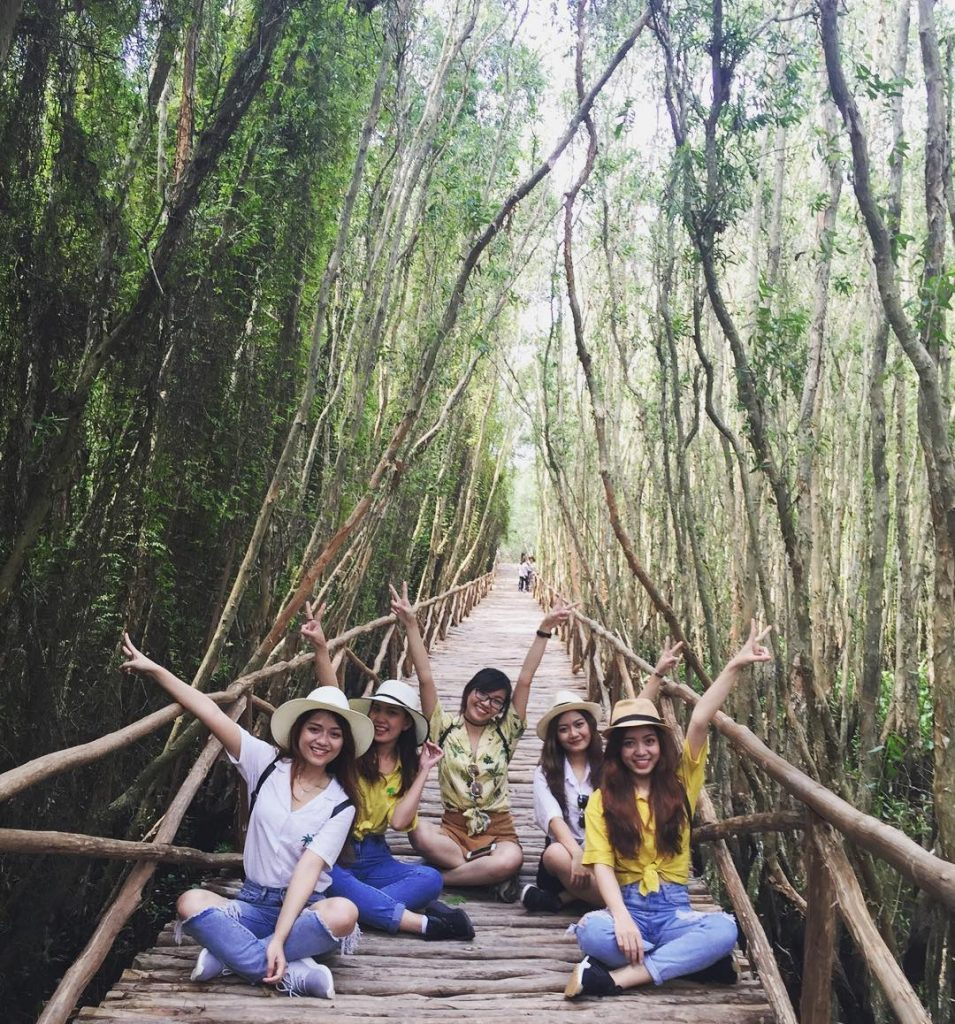 Con đường xuyên rừng trong làng nổi Tân Lập