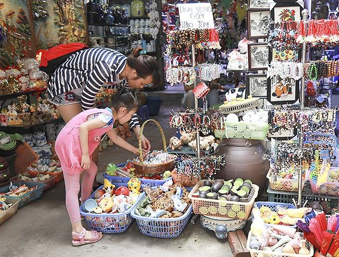 Tham quan chợ gốm Bát Tràng