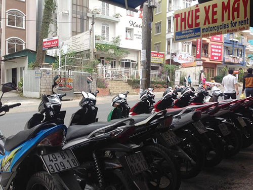 Nên thuê xe máy để di chuyển tại Đà Lạt