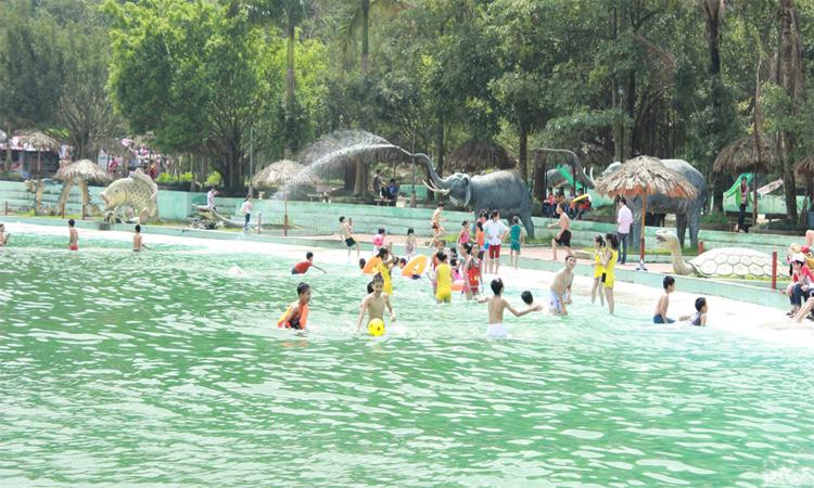 Hồ bơi tạo sóng ở Khoang Xanh - Suối Tiên
