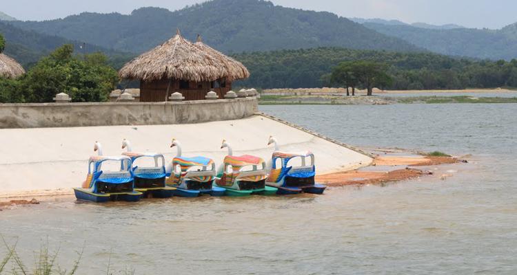 Trò chơi đạp vịt ở Khu du lịch Hồ Đại Lải